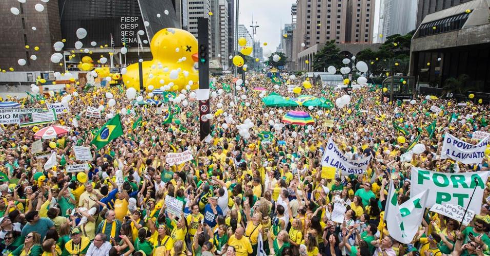 Fora Dilma, fora pt, fora corruptos: Manifestantes soltam bexigas durante ato contra o governo Dilma Rousseff na avenida Paulista, regi�o central de S�o Paulo. Protestos contra Dilma acontecem em v�rios Estados e pedem o impeachment da presidente e a pris�o do ex-presidente Luiz In�cio Lula da Silva, investigado pela Opera��o Lava Jato
